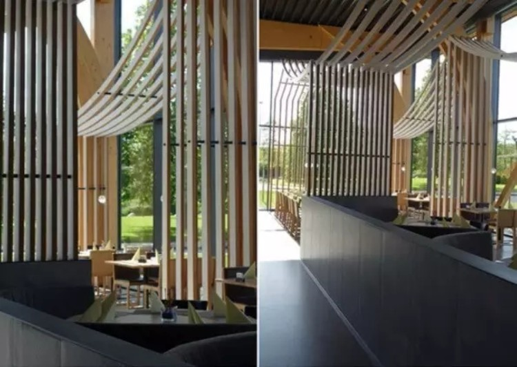 搭配木质屋顶和大面积的落地玻璃